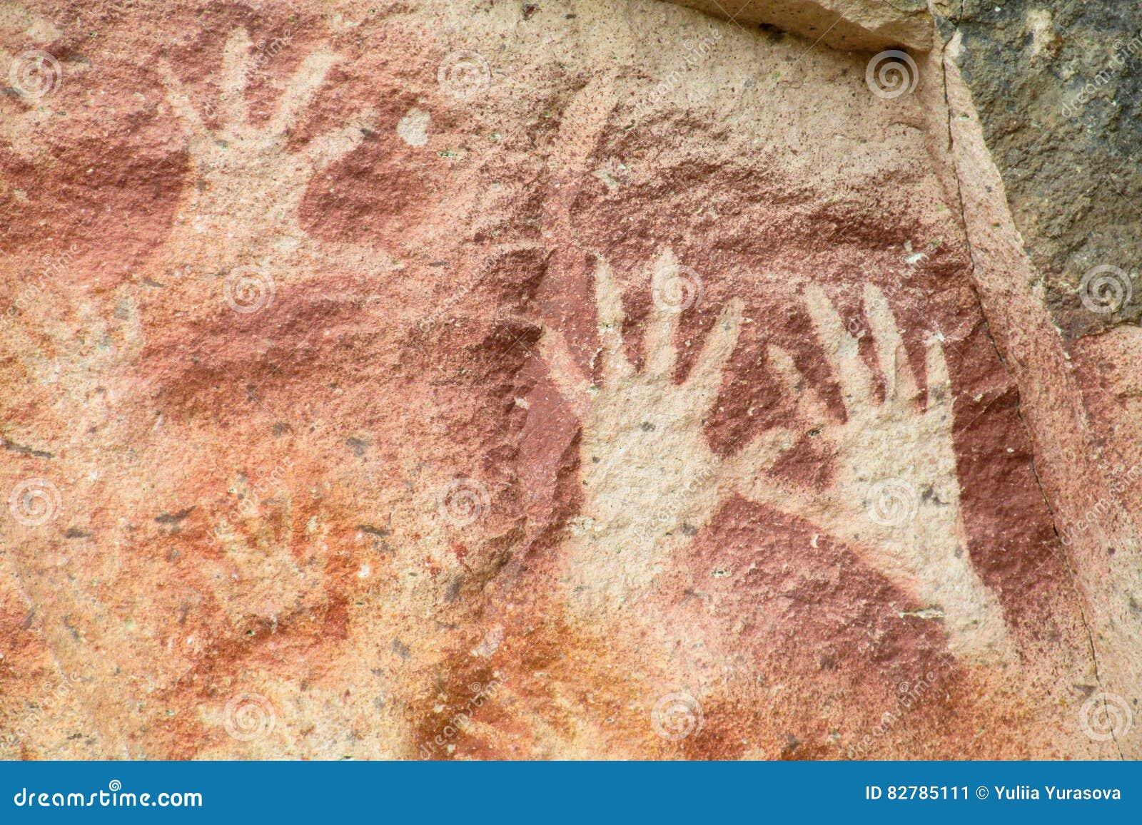 Impresiones de la mano en una pared de la cueva