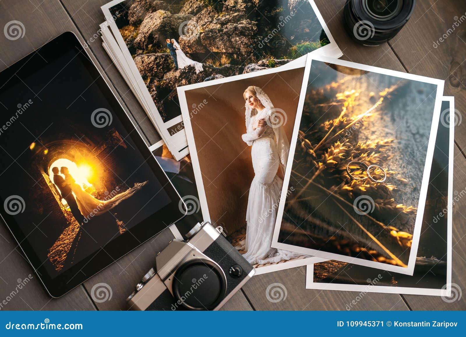 Impreso casandose fotos con la novia y el novio, una cámara del negro del vintage y una tableta negra con una imagen de una boda