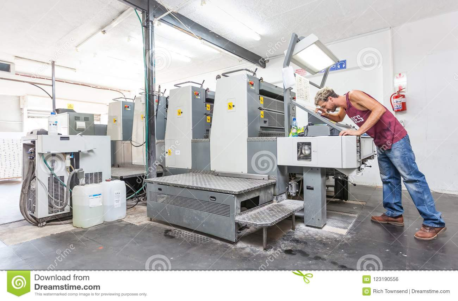 Impresora litográfica en un taller de la impresión