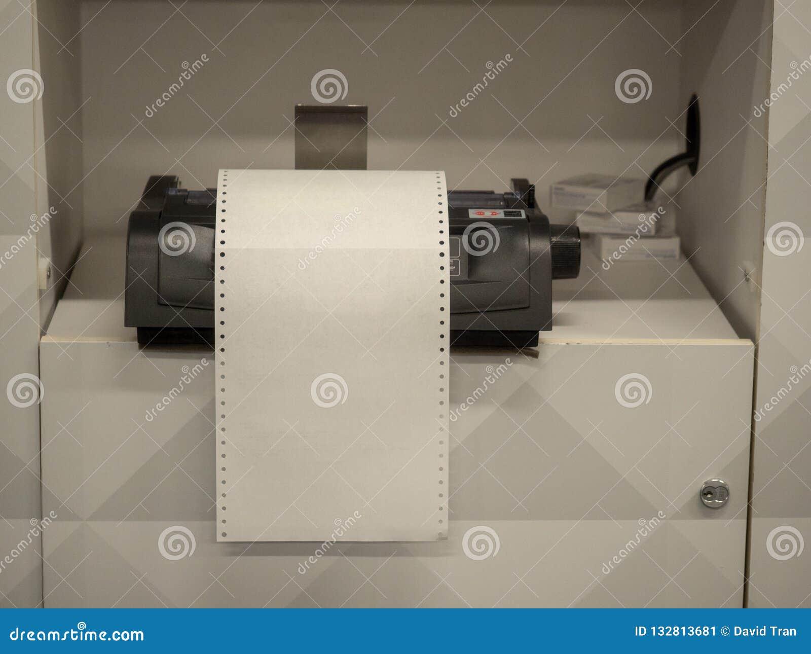 Imprimante se reposant sur l étagère avec le livre blanc vide de débordement