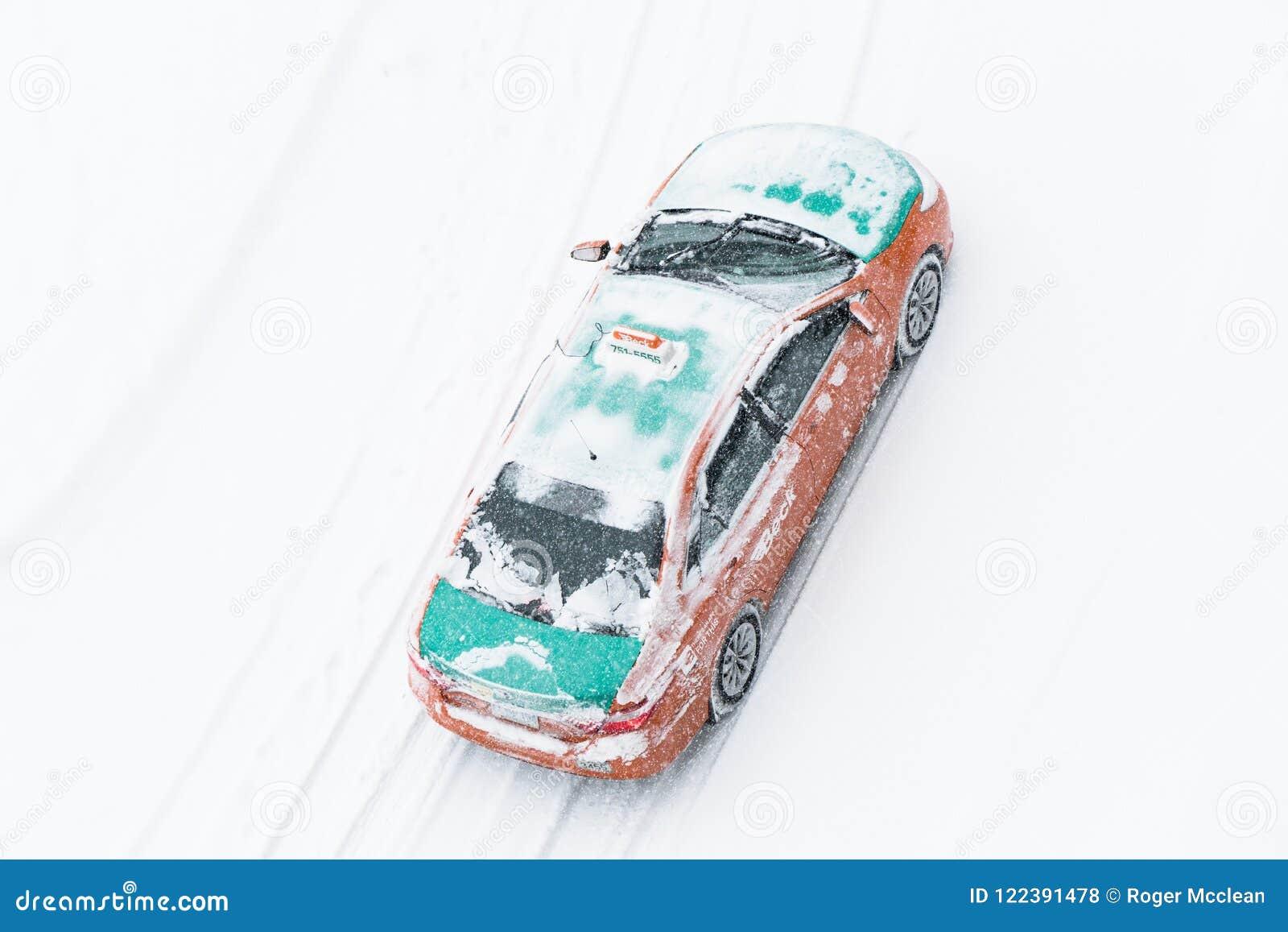 Impulsiones del taxi en nieve durante invierno
