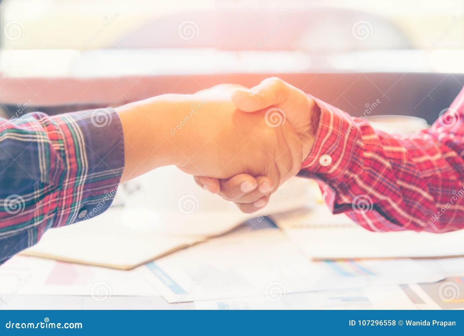 Inżynier drużyny pracy uścisk dłoni przy spotkaniem i dyskutuje pracę w miejscu Partnerów i biznesu drużynowego spotkania akcyden