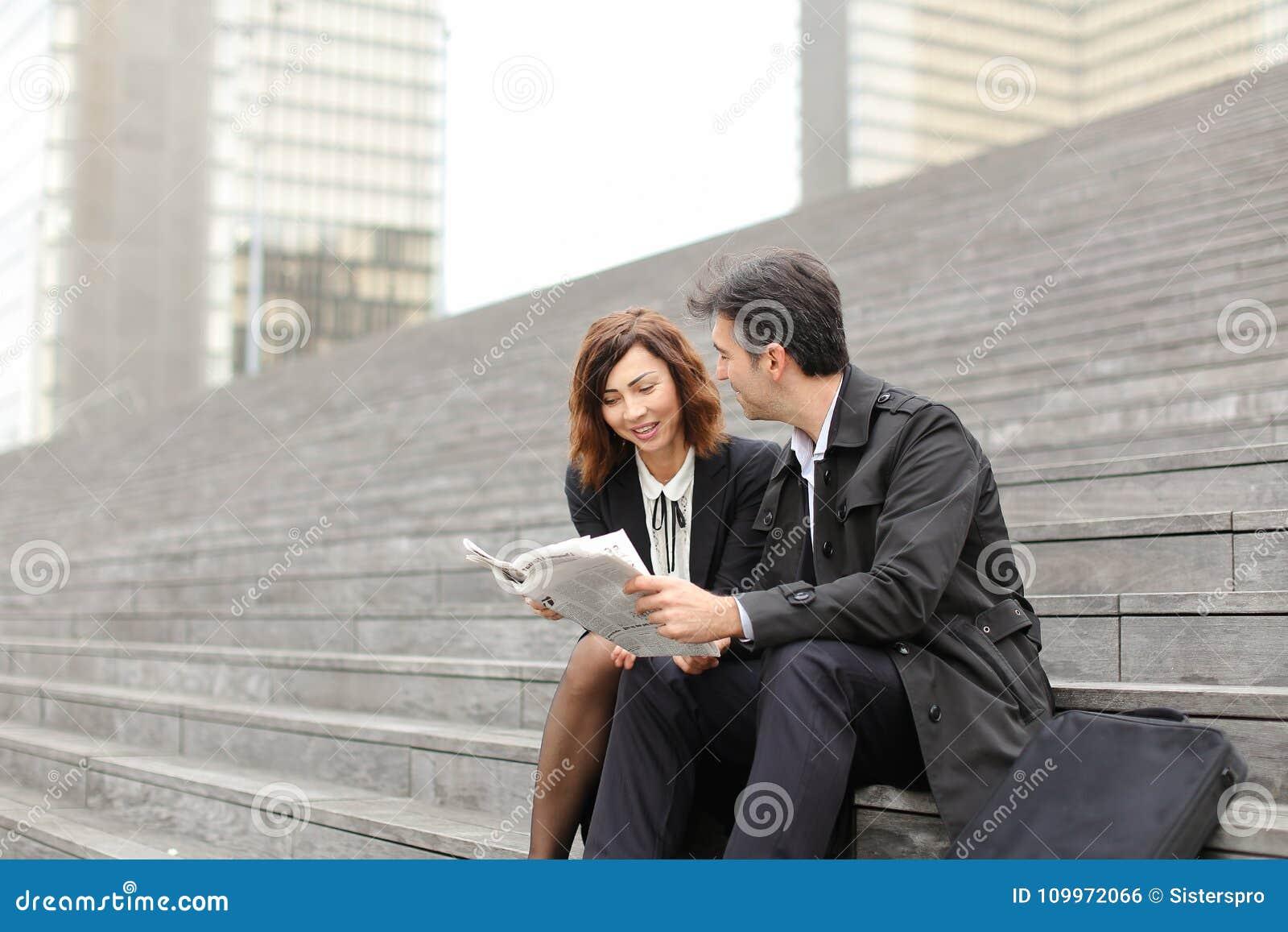 Inżyniery samiec i kobieta czytelniczy artykuł o firmie wewnątrz