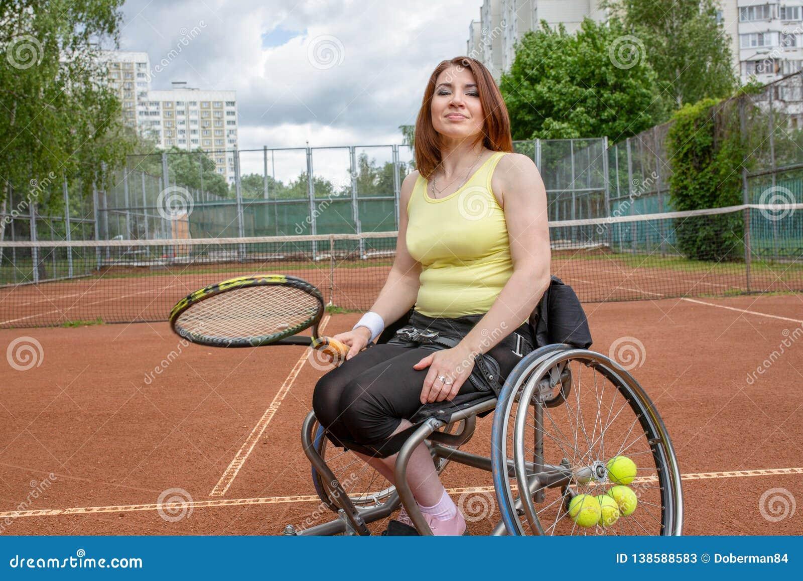 Inaktiverade den unga kvinnan på rullstolen som spelar tennis på tennisbanan