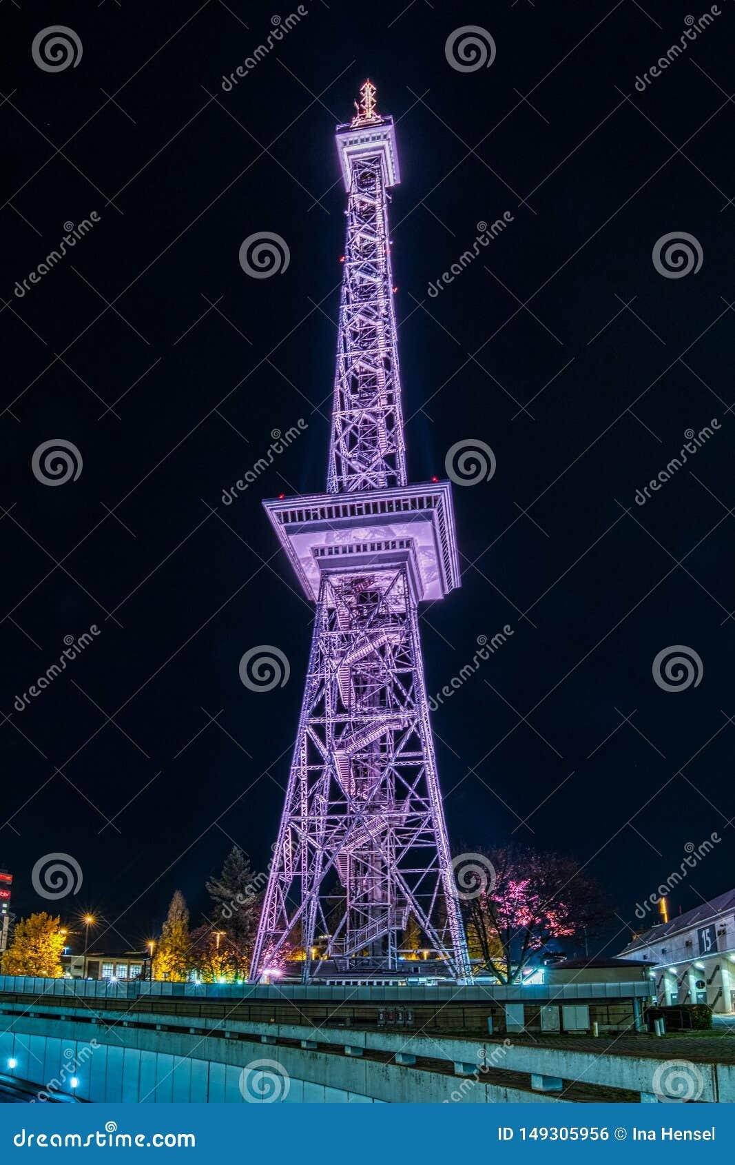 InBerlin de la torre de radio en la noche