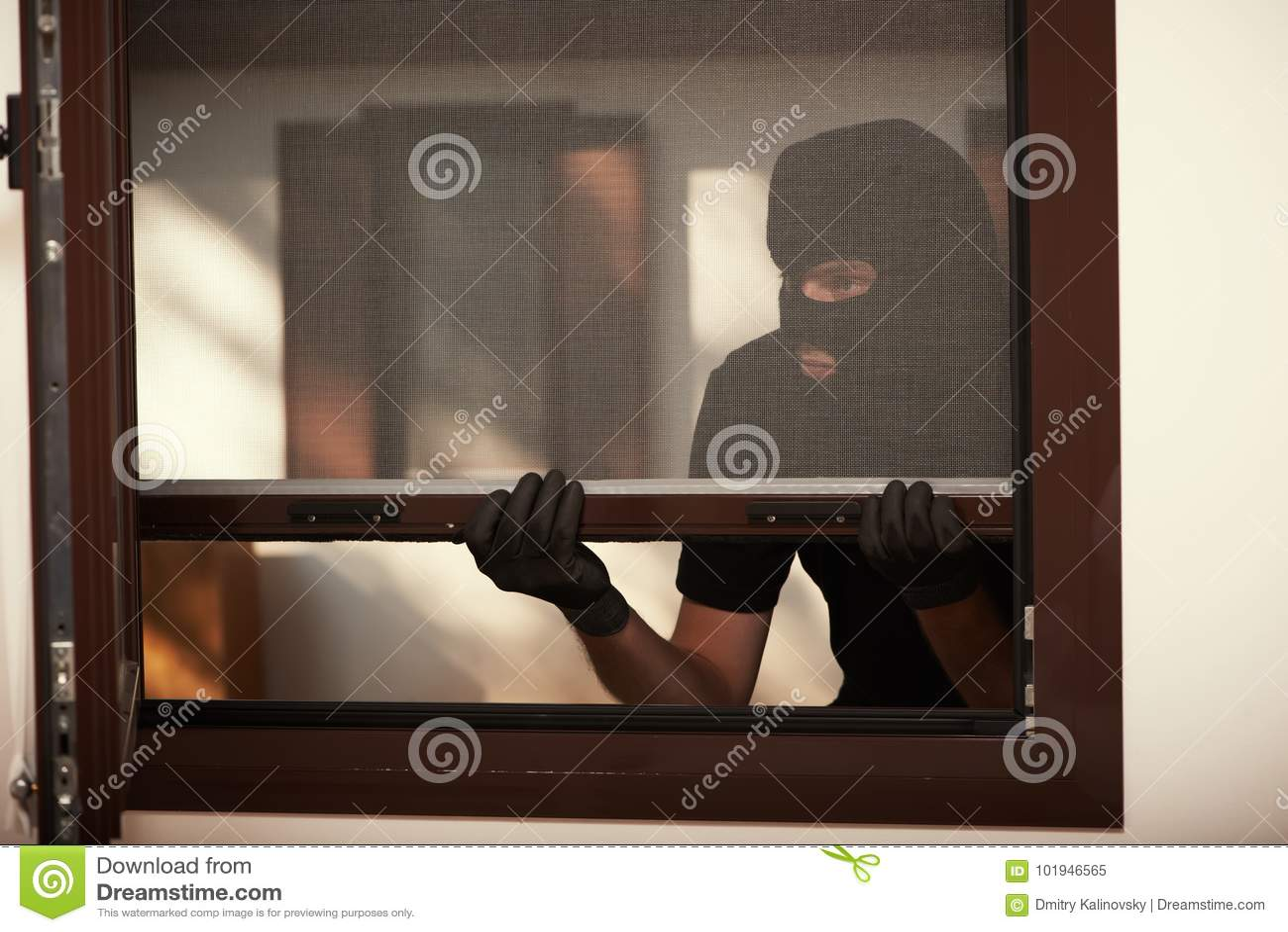 Inbraak van een flat Dief in masker