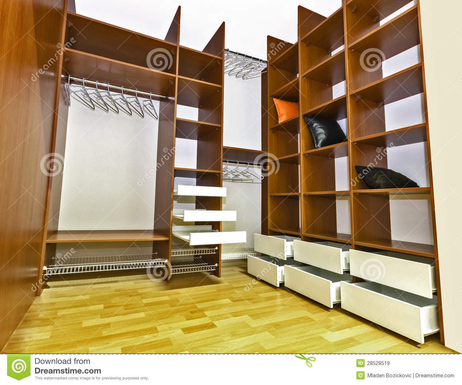 Mycket specious inbyggd garderob. Insida garderoben fylls med många ...
