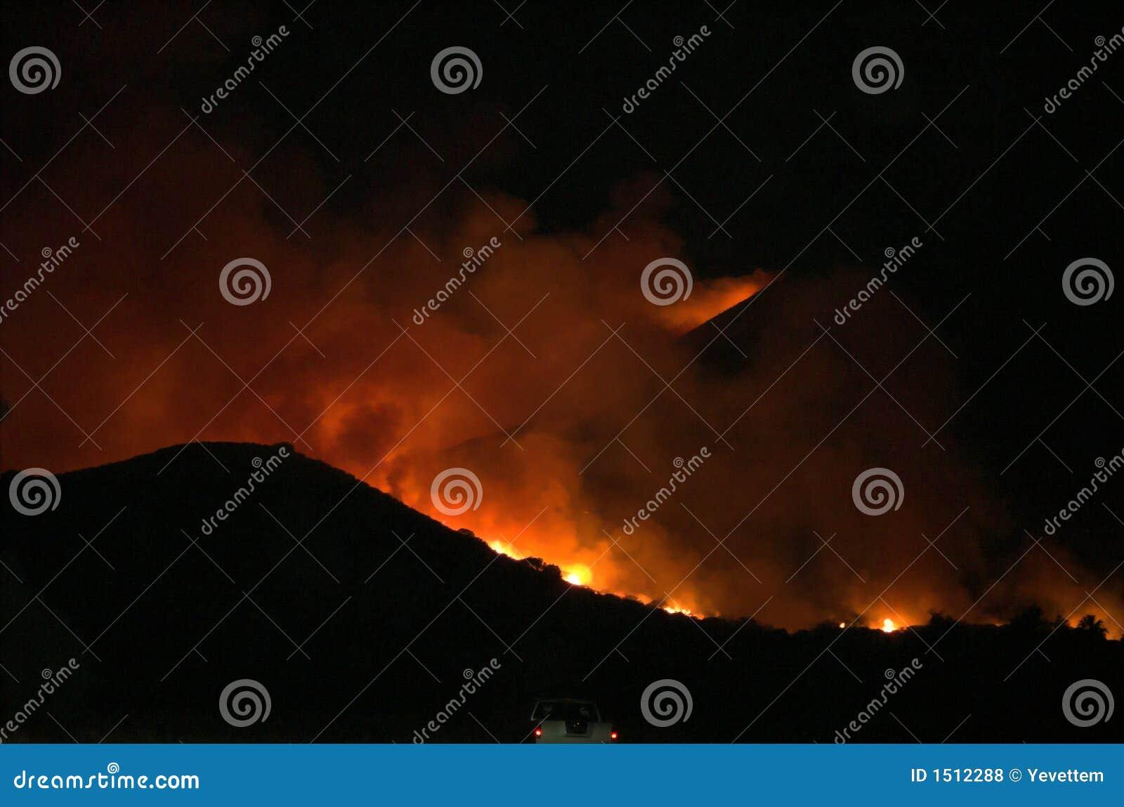 Incêndio de Elsinore do lago, montanhas de Ortega