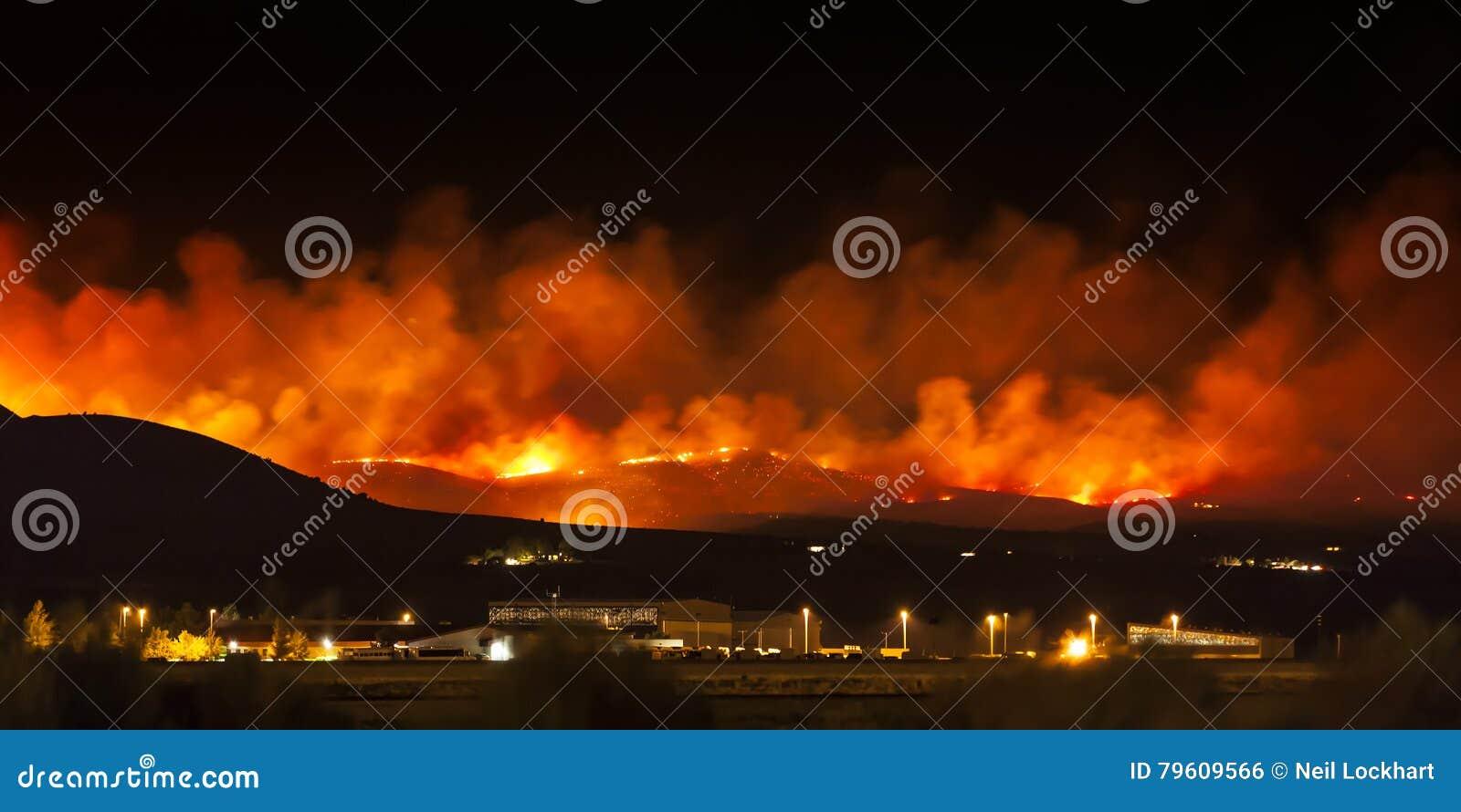 Incêndio violento no deserto de Nevada, na estrada vermelha da rocha