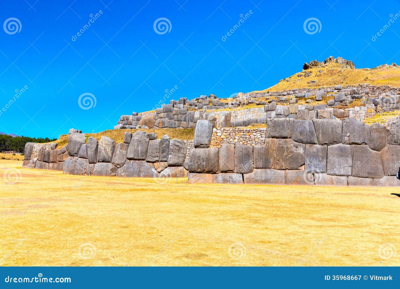 Inca Wall en SAQSAYWAMAN, Perú, Suramérica. Ejemplo de la albañilería poligonal. La piedra famosa de 32 ángulos
