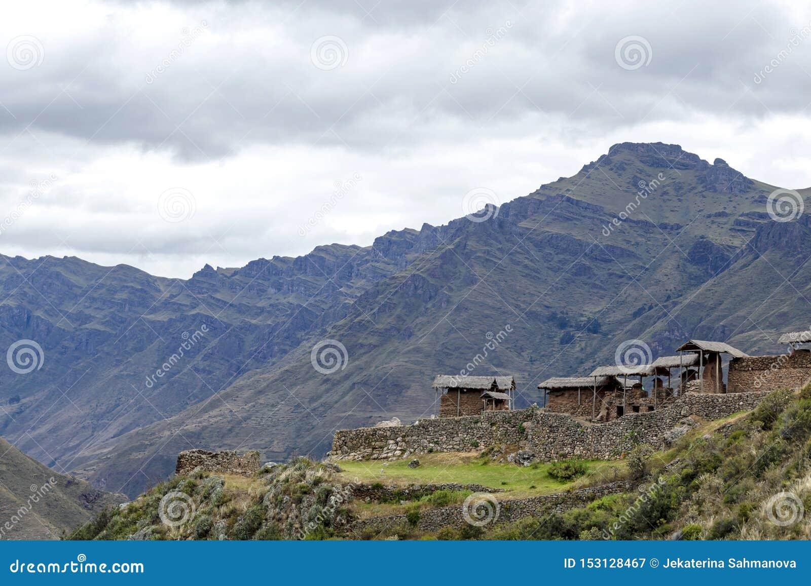 Incaruïnes in de archeologische plaats van Pisac die door de groene Peruviaanse bergen van de Andes, Heilige vallei van Incas, Pe