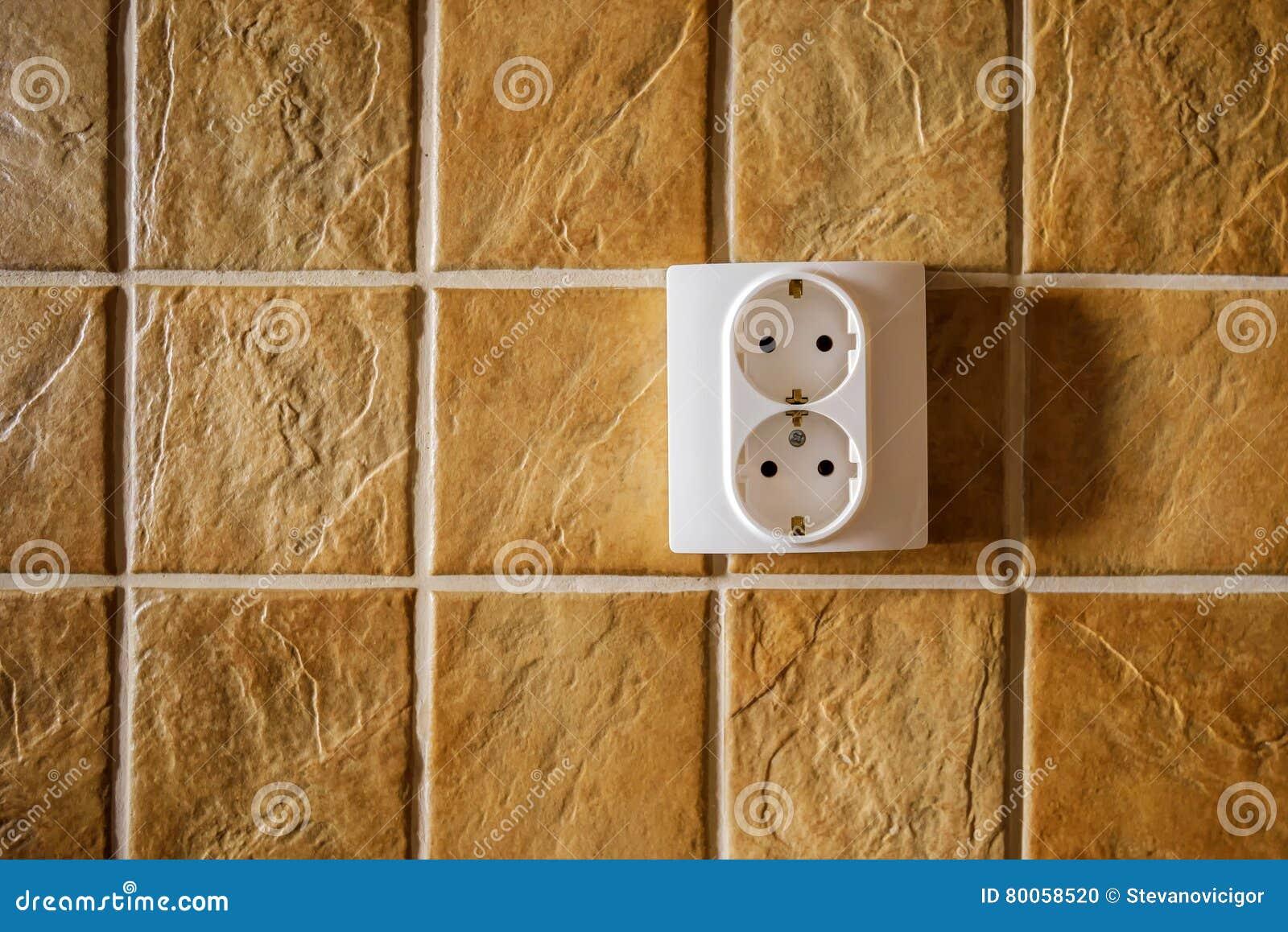 Parete Della Cucina : Incavo elettrico bianco sulla parete della cucina con le