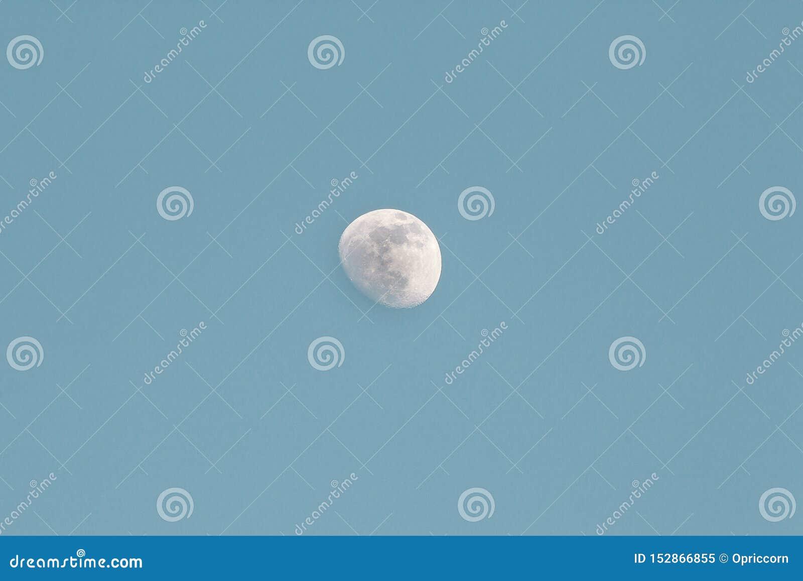 Inceratura della luna Gibbous di giorno