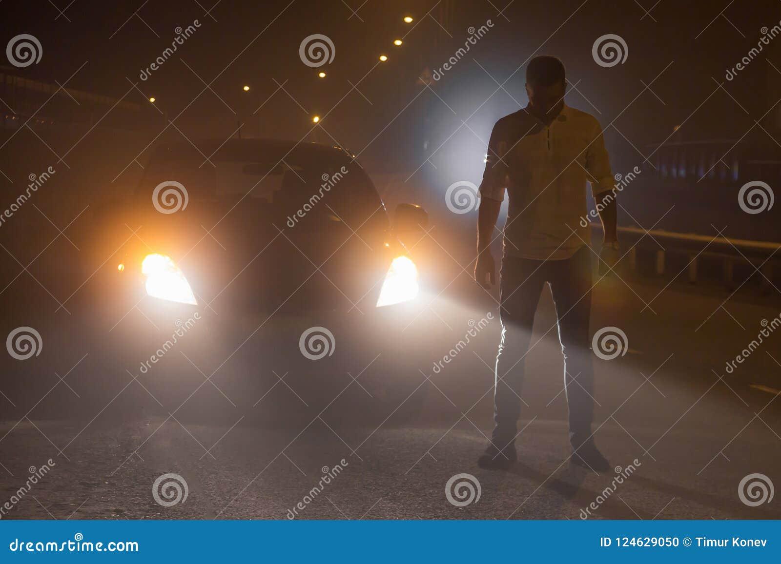 Incident sur la route La personne inconnue se tient au milieu du