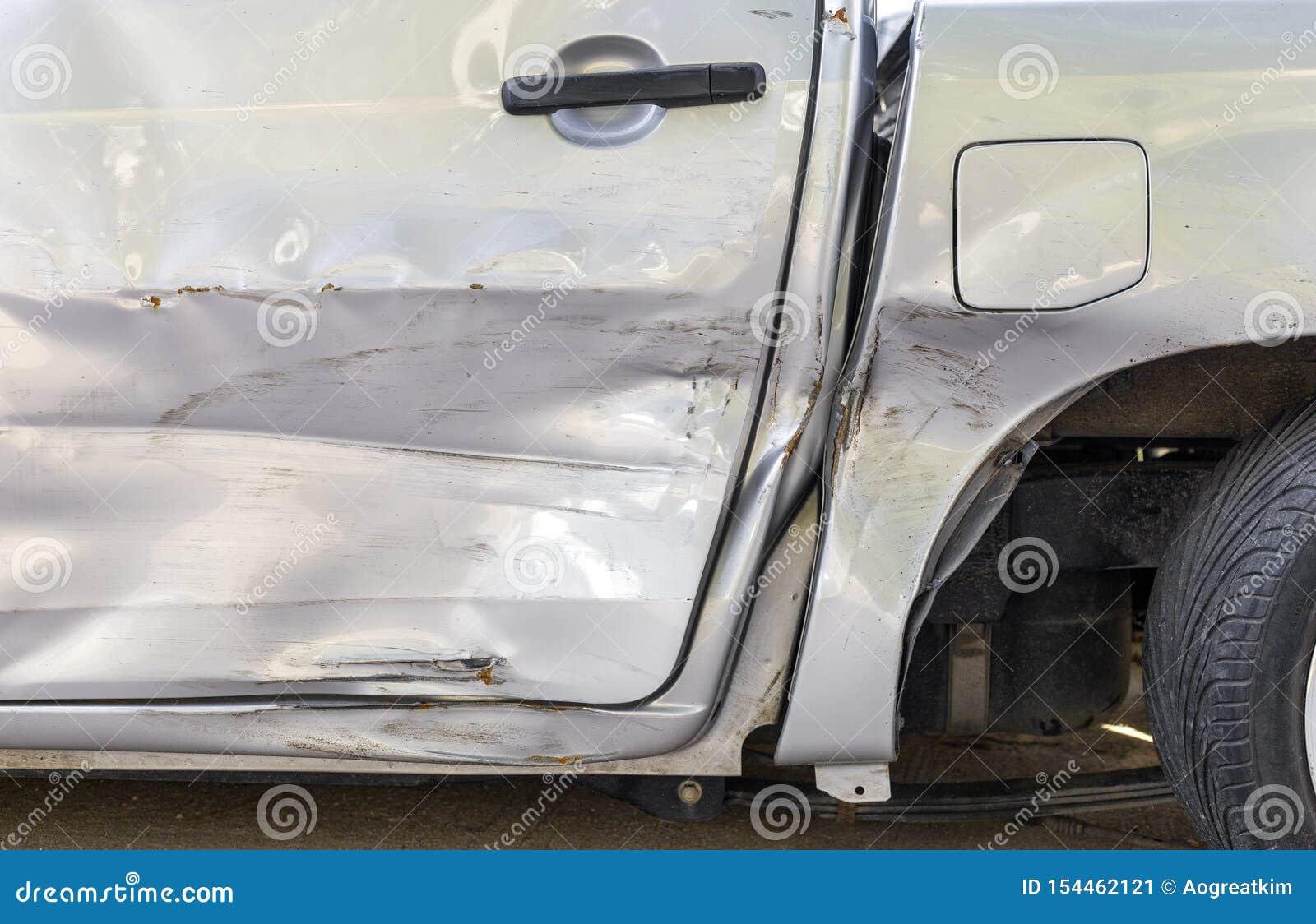 Incidente stradale Accanto al colore grigio chiaro selezioni sull automobile hanno graffio da danno Graffio alto vicino