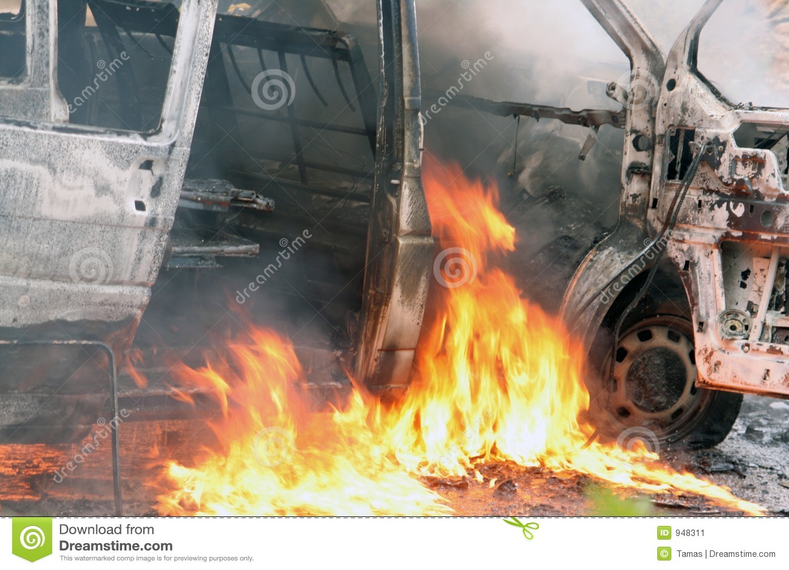 Incidente stradale con le fiamme