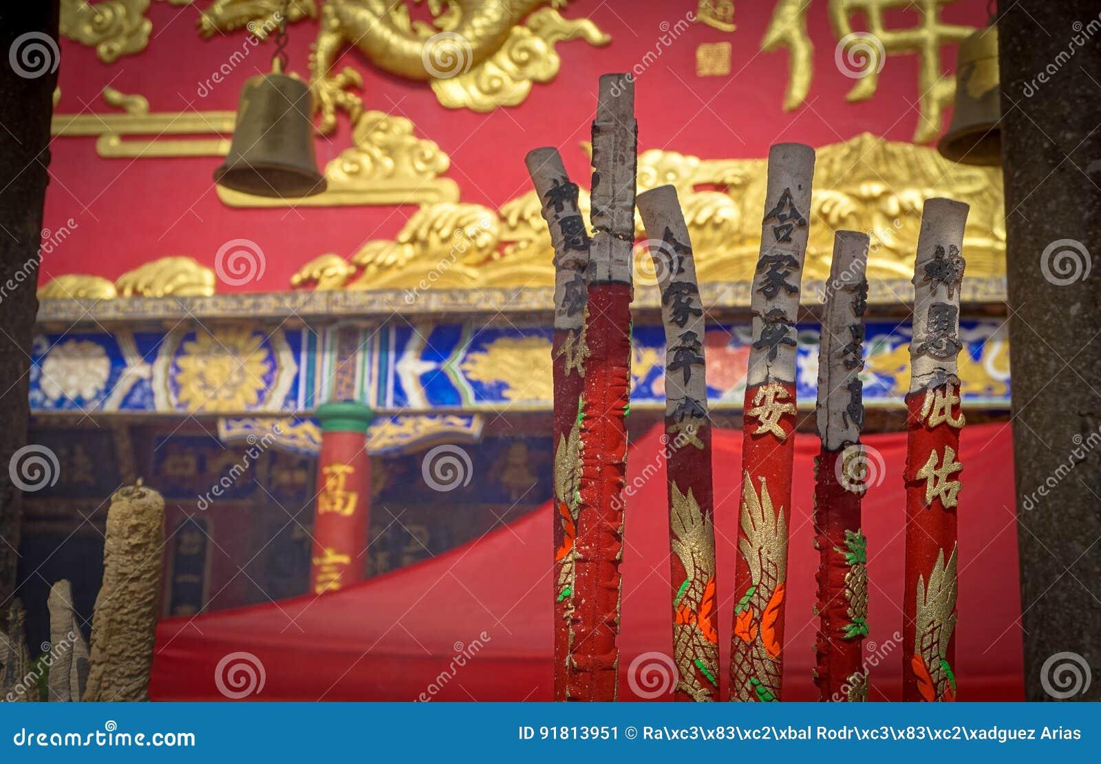Inciense горящее вне 10 тысяч монастыря Buddhas, Гонконг