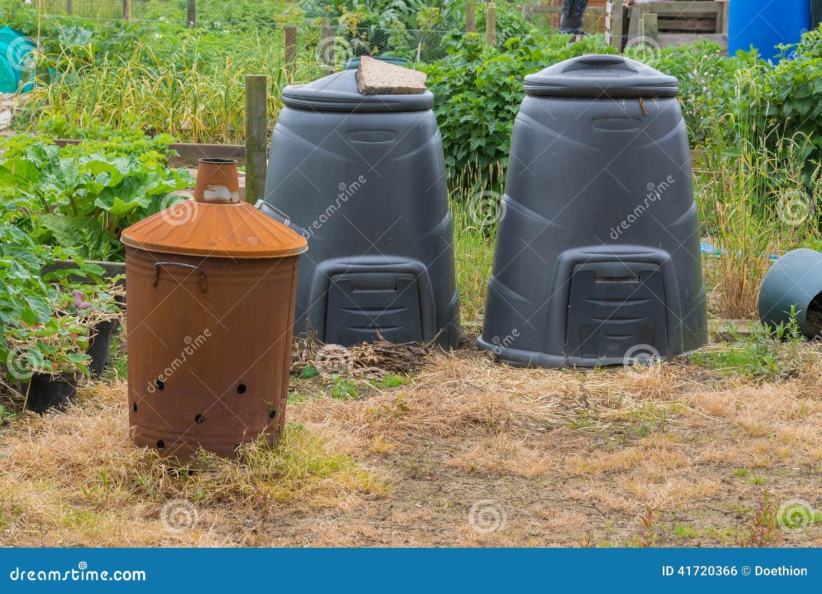 Poubelles Noires De Jardin incinérateur de jardin et poubelles de compost noires photo