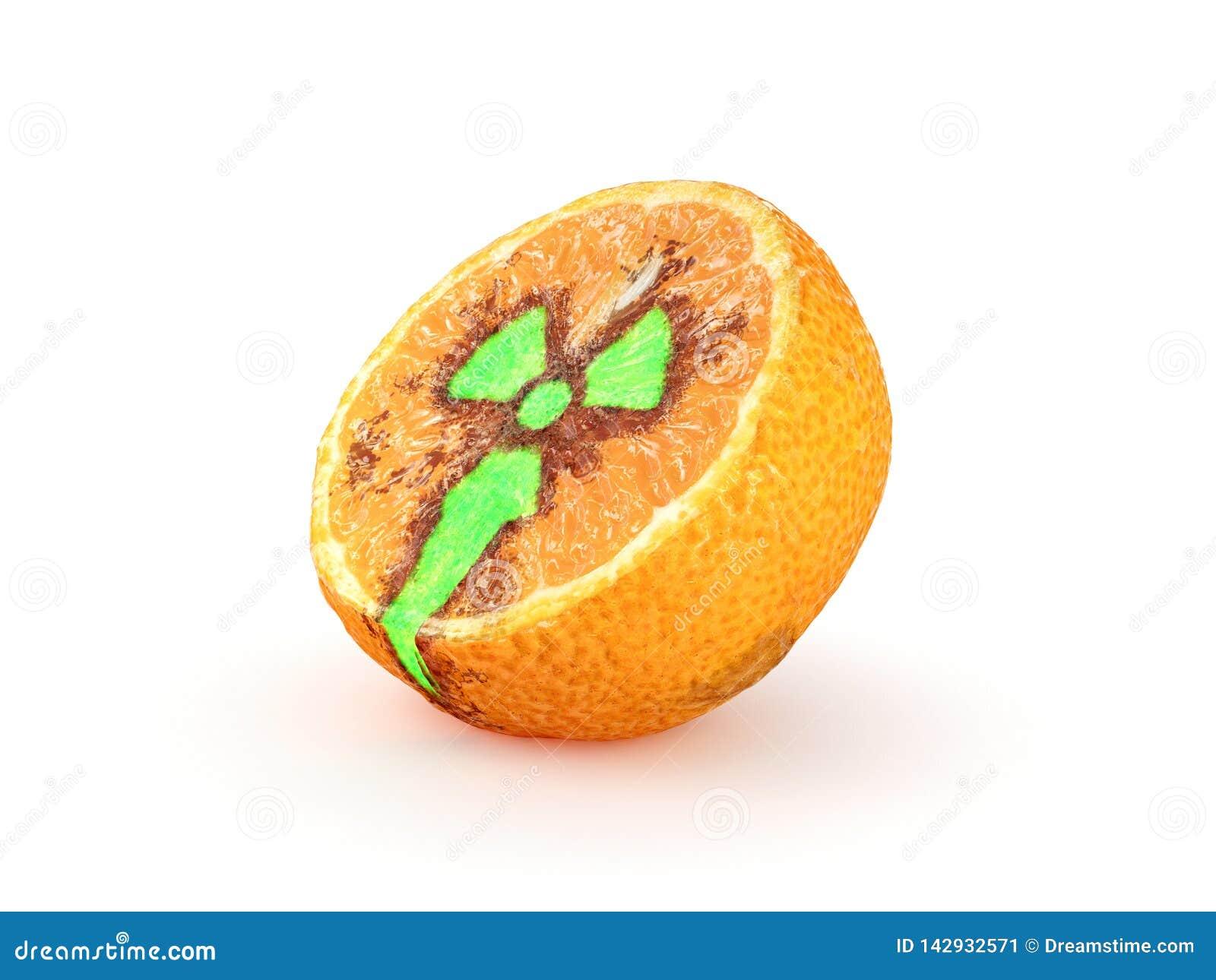 Incliné à moitié de la mandarine avec un signe radioactif rougeoyant