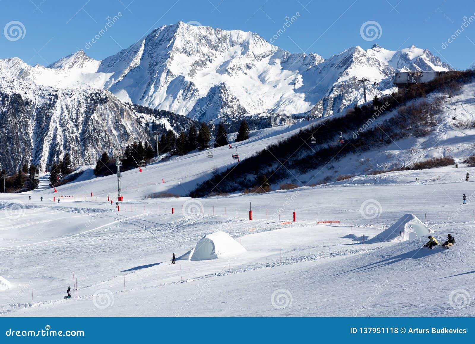 Inclinação no recurso de esqui nos cumes, França Dia de inverno ensolarado Férias do inverno
