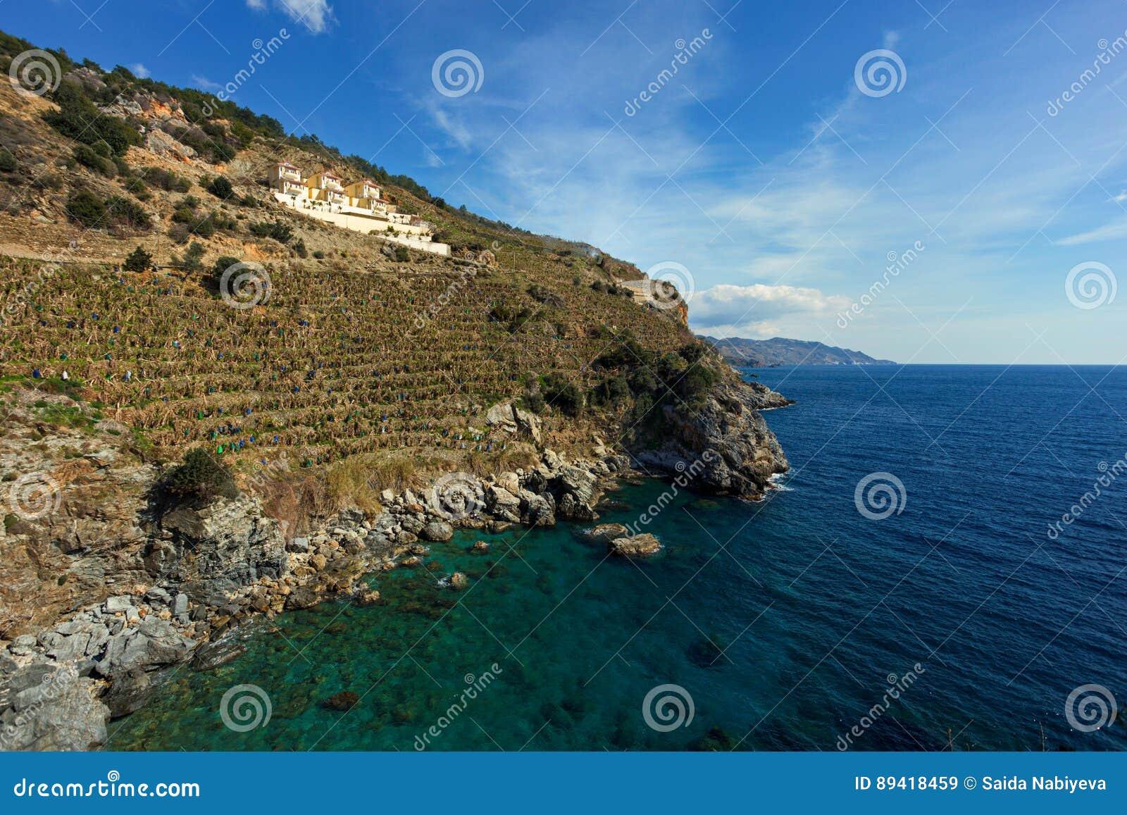 Inclinações duras das montanhas que descem no mar