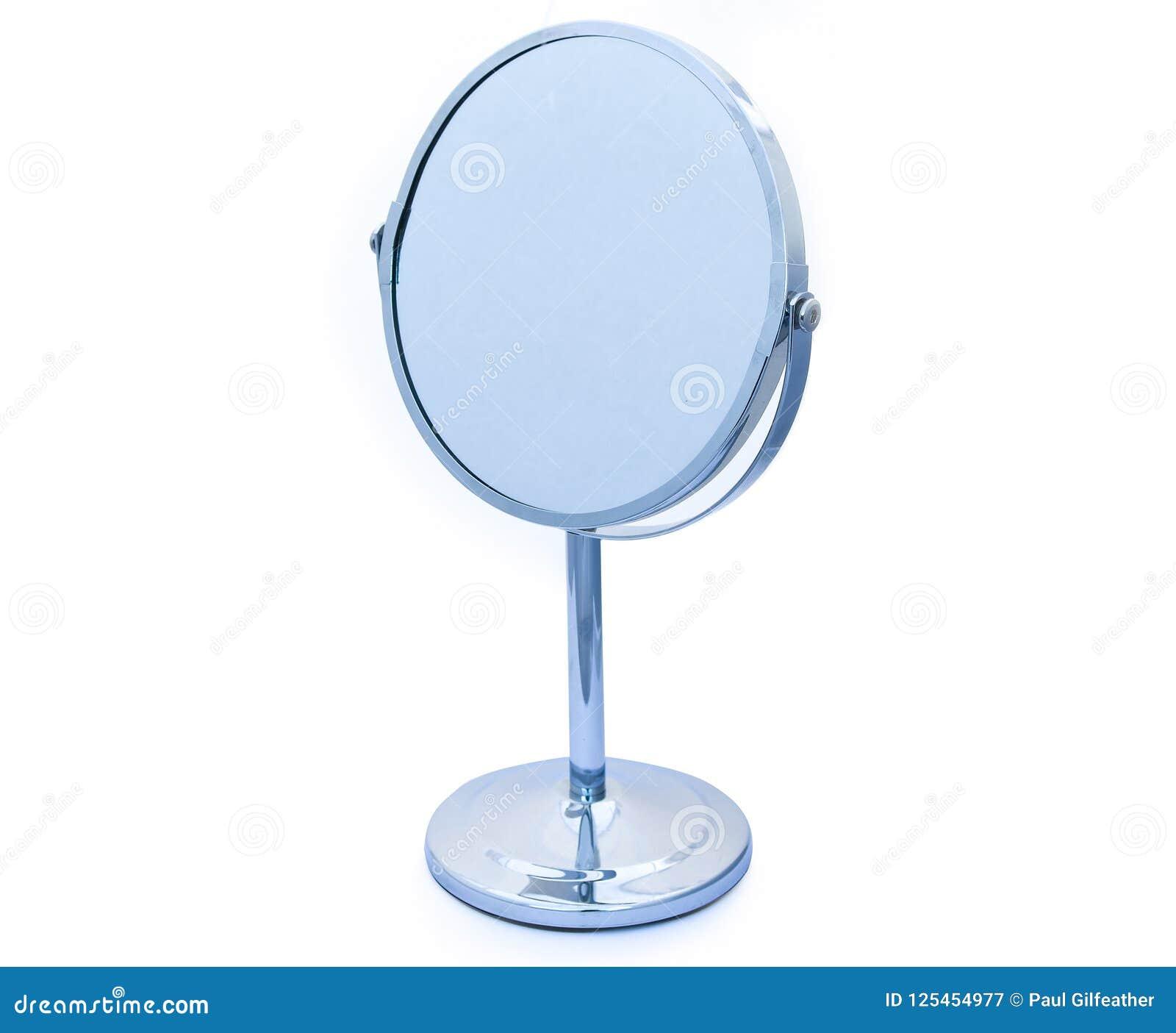 Inclinar o cromo articulado circular moldou o espelho de vaidade para a composição ou a rapagem etc. no fundo branco