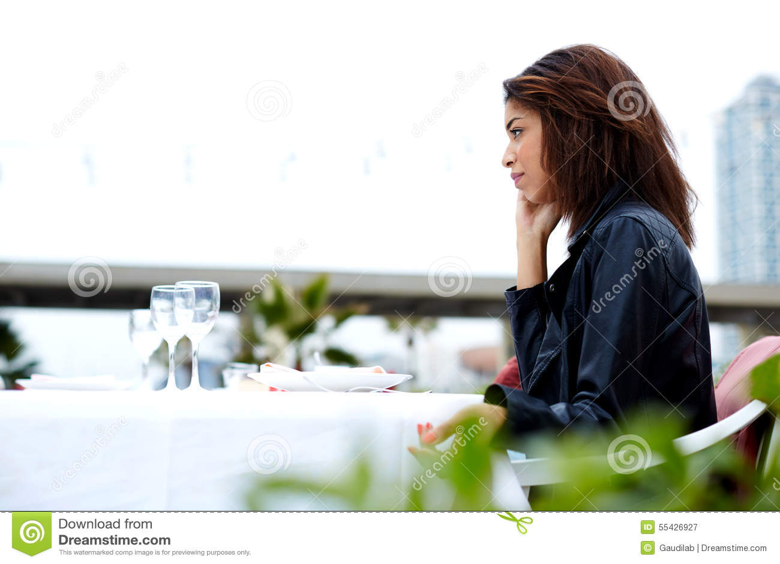Inconformista femenino que tiene conversación telefónica de la célula con alguien