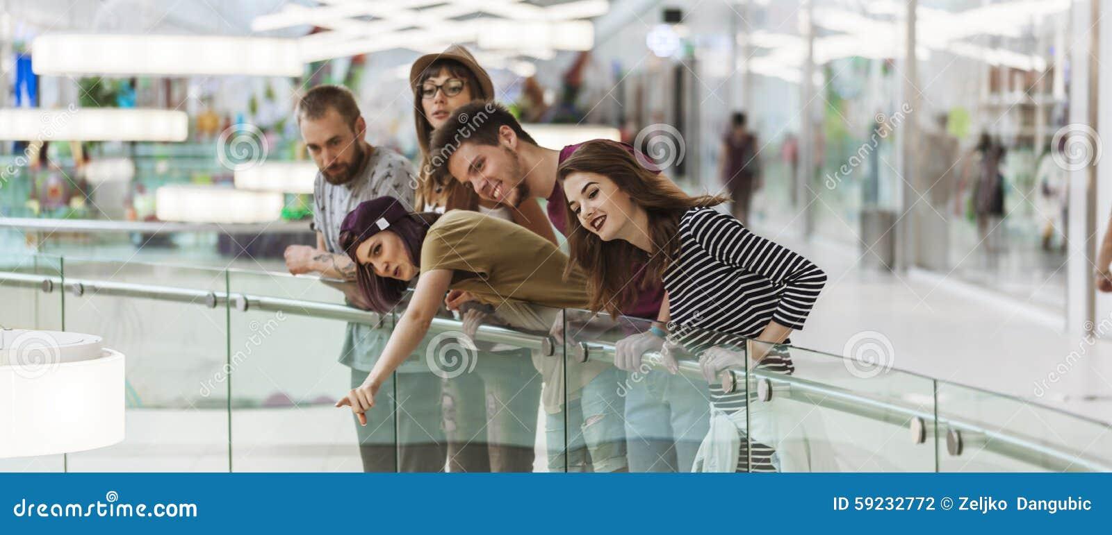 Download Inconformistas En Alameda De Compras Foto de archivo - Imagen de lifestyle, compra: 59232772