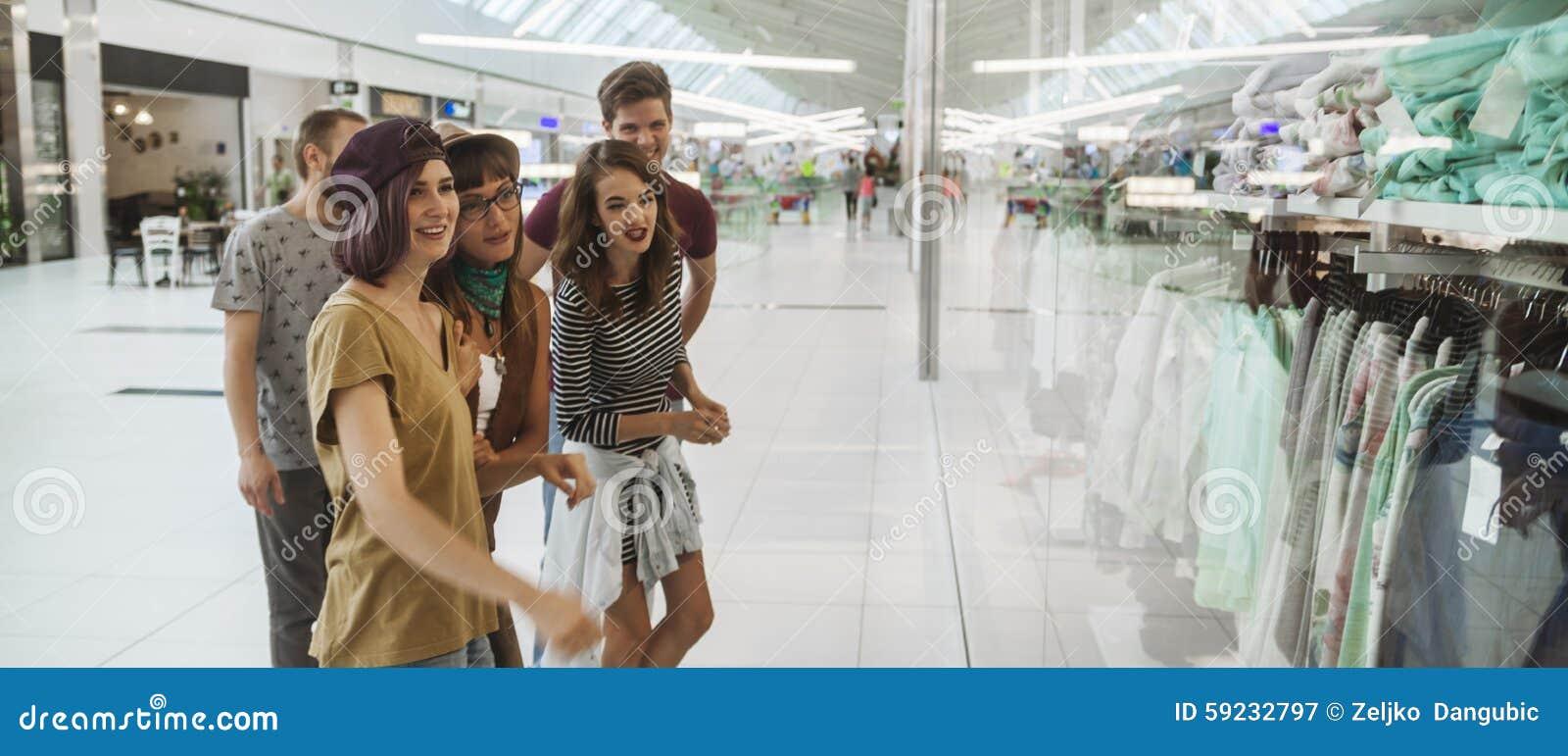 Download Inconformistas En Alameda De Compras Imagen de archivo - Imagen de compras, alegre: 59232797