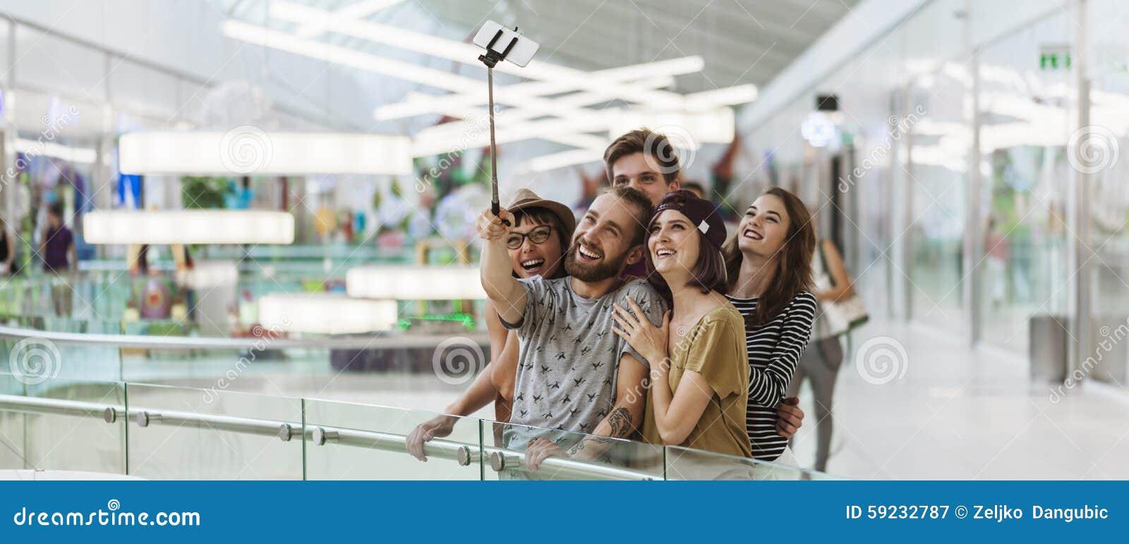 Download Inconformistas En La Alameda De Compras Que Toma Selfie Imagen de archivo - Imagen de ropa, disfrute: 59232787