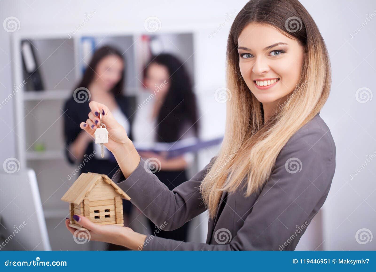 Incontrando agente in ufficio, comprando affittando appartamento o casa,