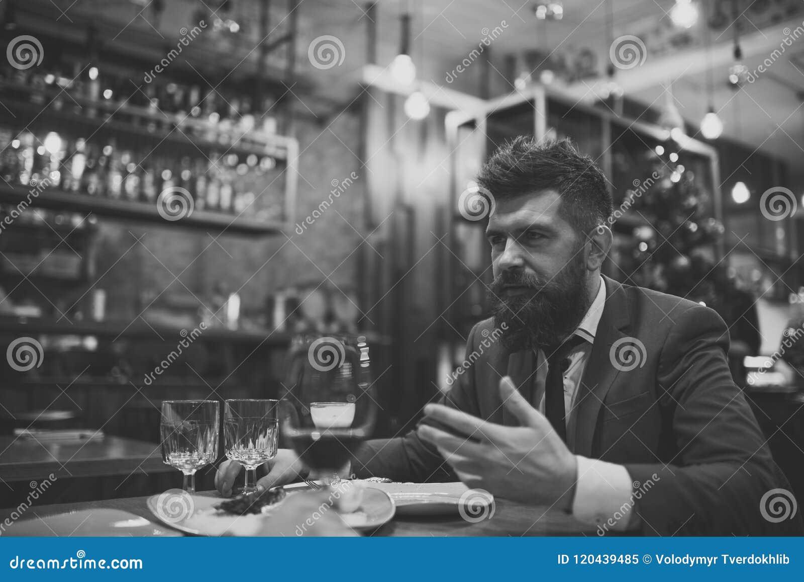 Incontrandosi al ristorante Uomo barbuto in ristorante con il compagno L affare accende e comunicazione Barra sicura