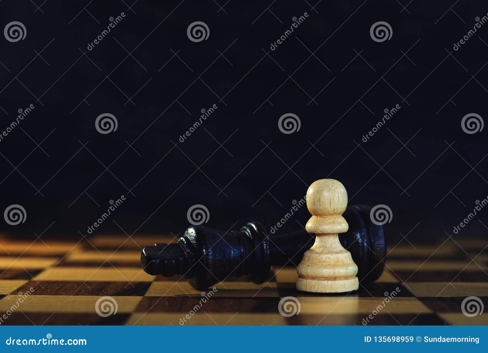 Incontri di re contro il pegno potente nel gioco di scacchi, concetto competitivo di affari