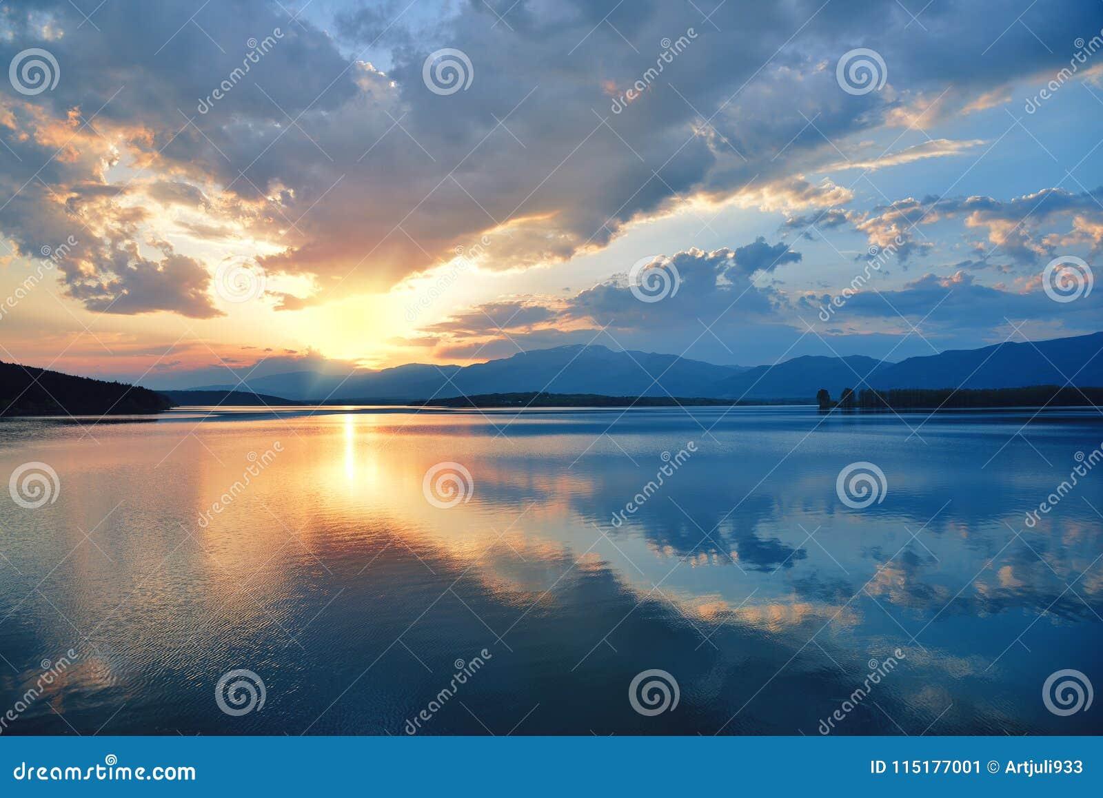 Incredibly härlig solnedgång Sol sjö Solnedgång eller soluppgånglandskap, panorama av den härliga naturen Fantastiska färgrika mo