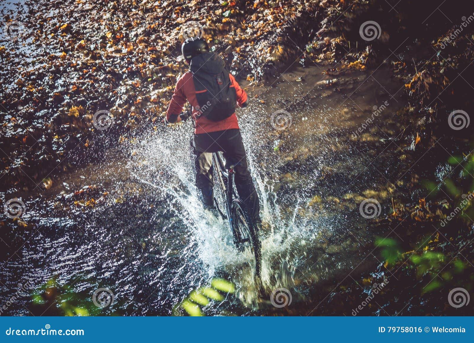 Incrocio di fiume della bici