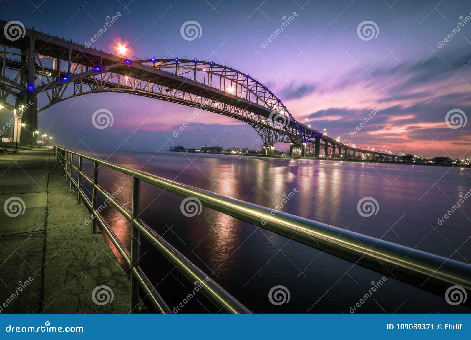 Incrocio internazionale del ponte dell acqua blu