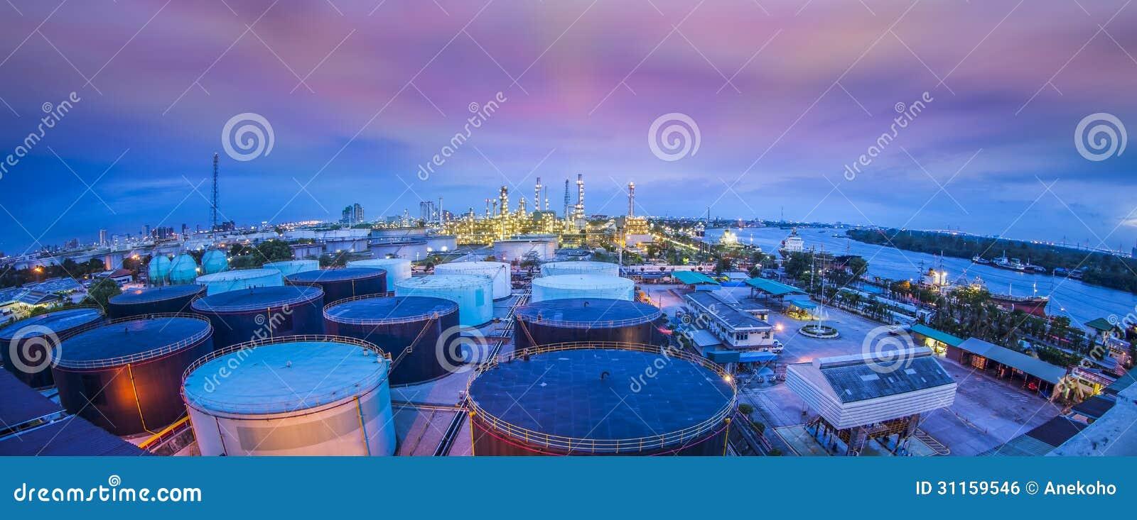 Indústria da refinaria de petróleo com o tanque de armazenamento do óleo