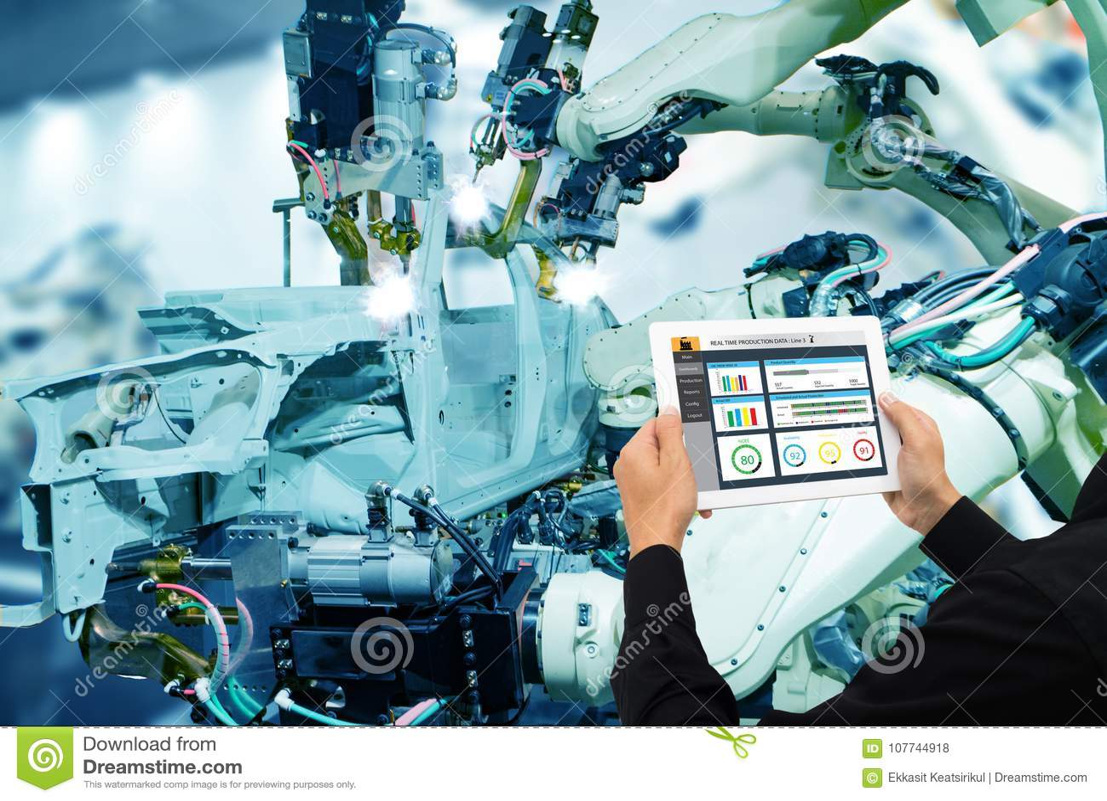 Indústria 4 de Iot 0 conceitos, coordenador industrial que usa o software aumentado, realidade virtual na tabuleta a monitorar a