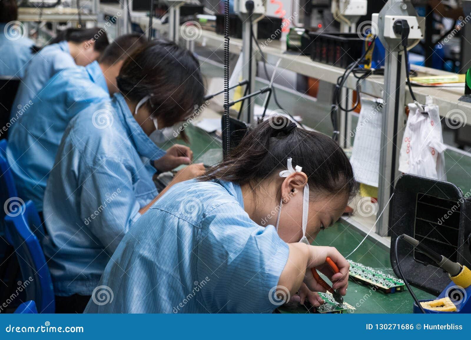 Indústria fêmea Manufa dos operários chineses asiáticos da eletrônica