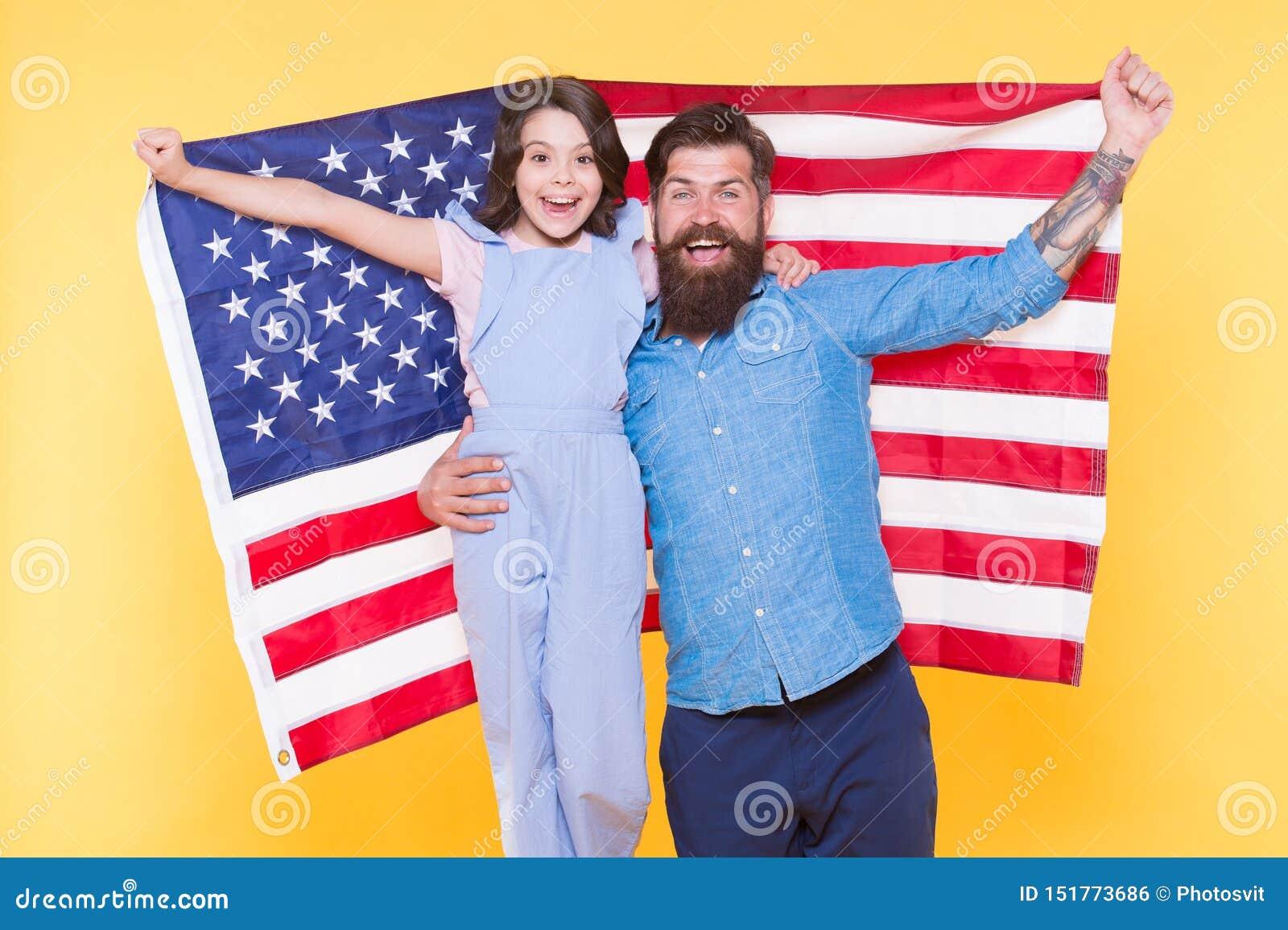 A independência é felicidade Como os americanos comemoram o Dia da Independência Moderno farpado do pai e filha pequena bonito