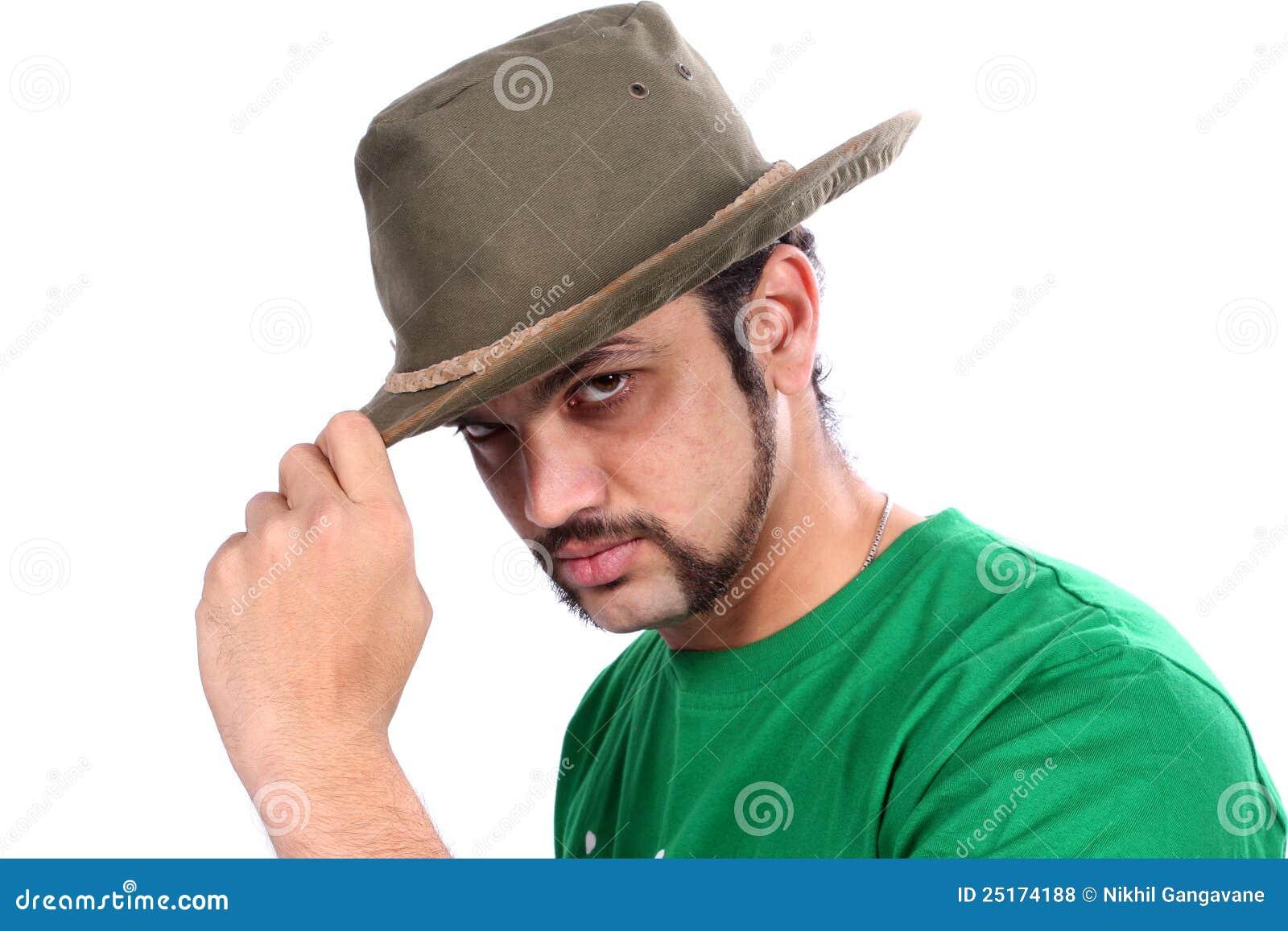 Inder, der einen Hut trägt