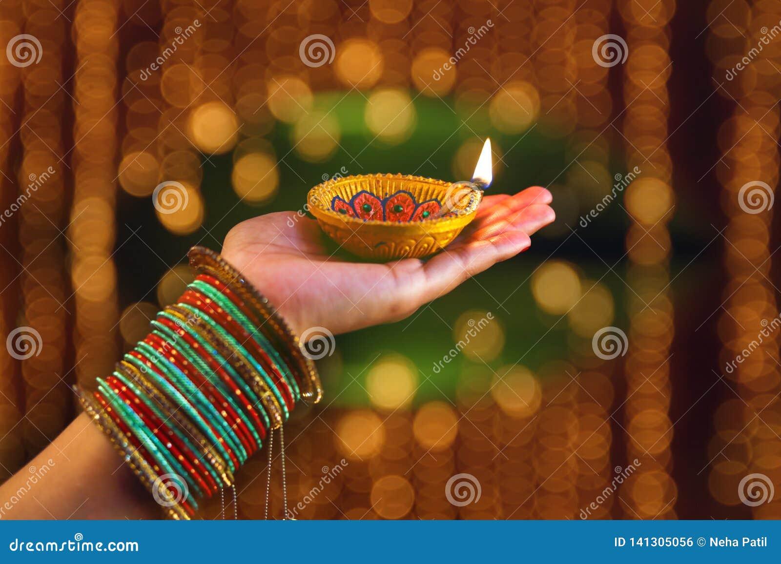 Indiański festiwal Diwali, lampa w ręce
