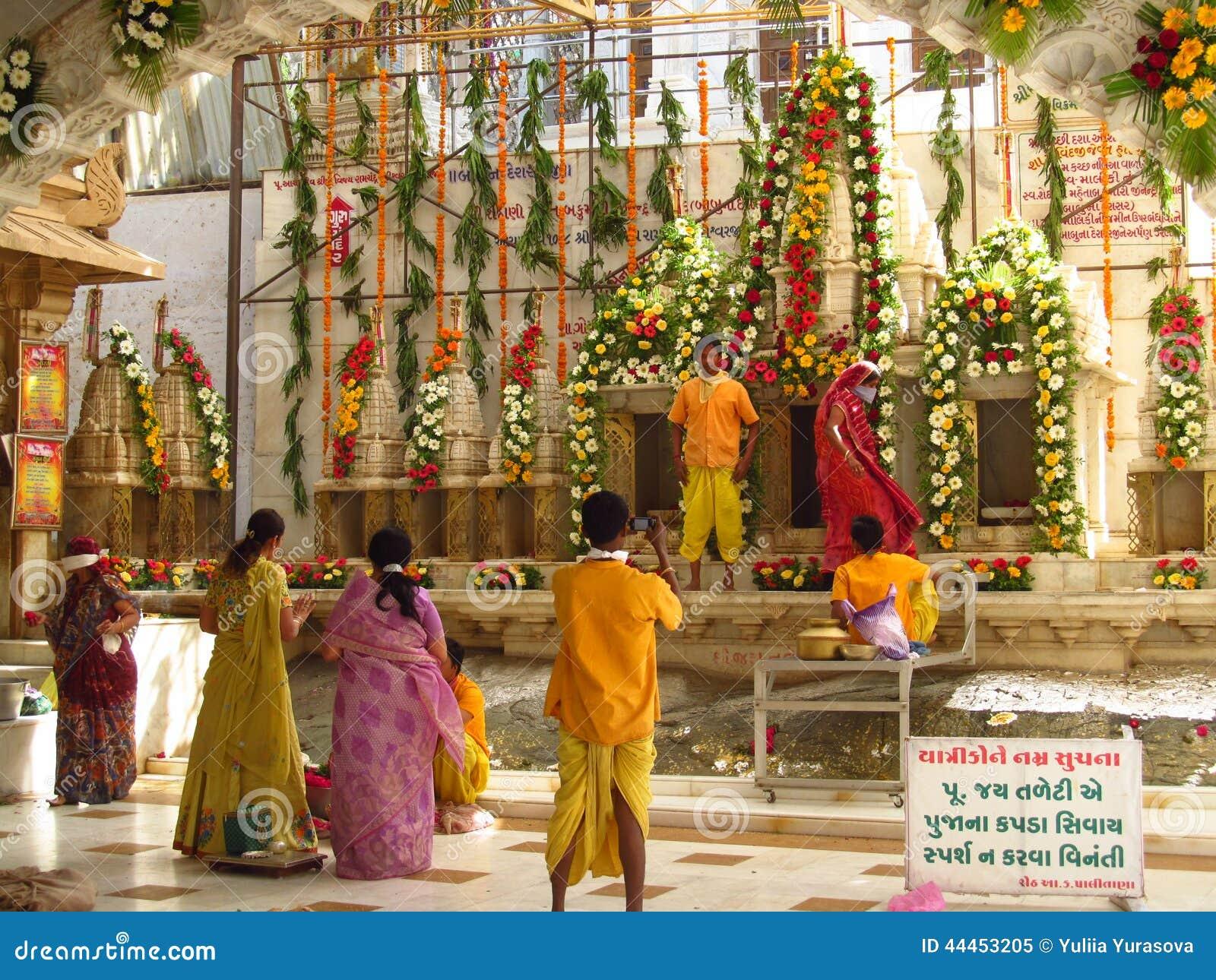 Indiańscy ludzie one modlą się w jain świątyni w Palitana