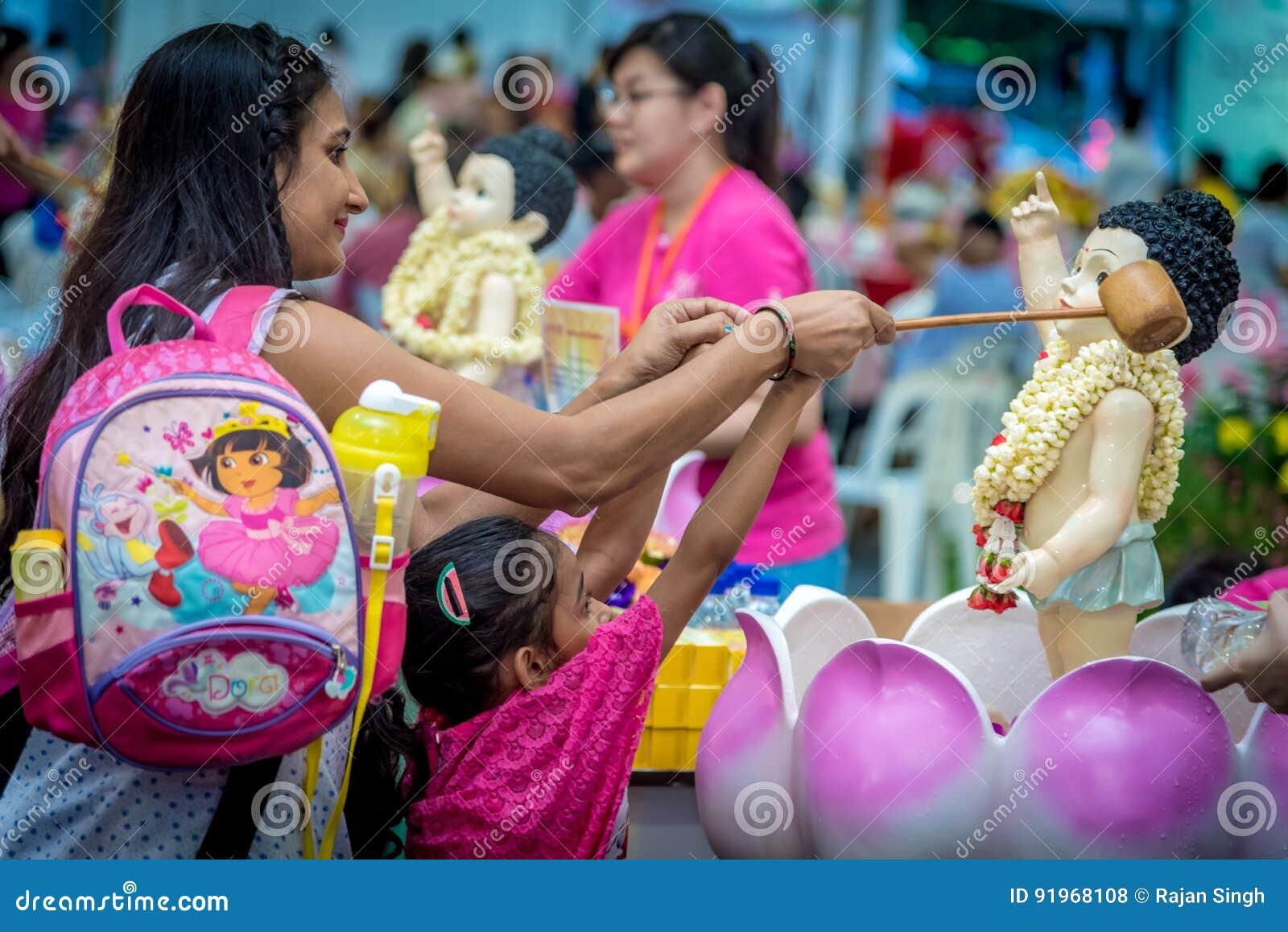 Indiańska dama z córką Kąpać się Buddha Podczas Vesak dnia