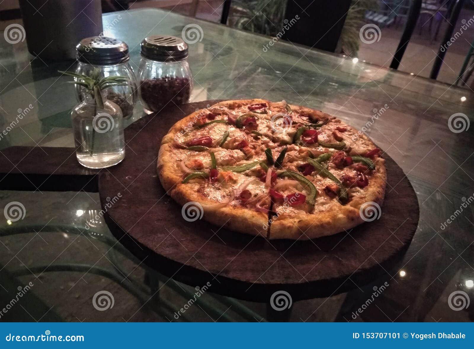 Indiańska pizza od maharashtra zamyka w górę obrazka pizza