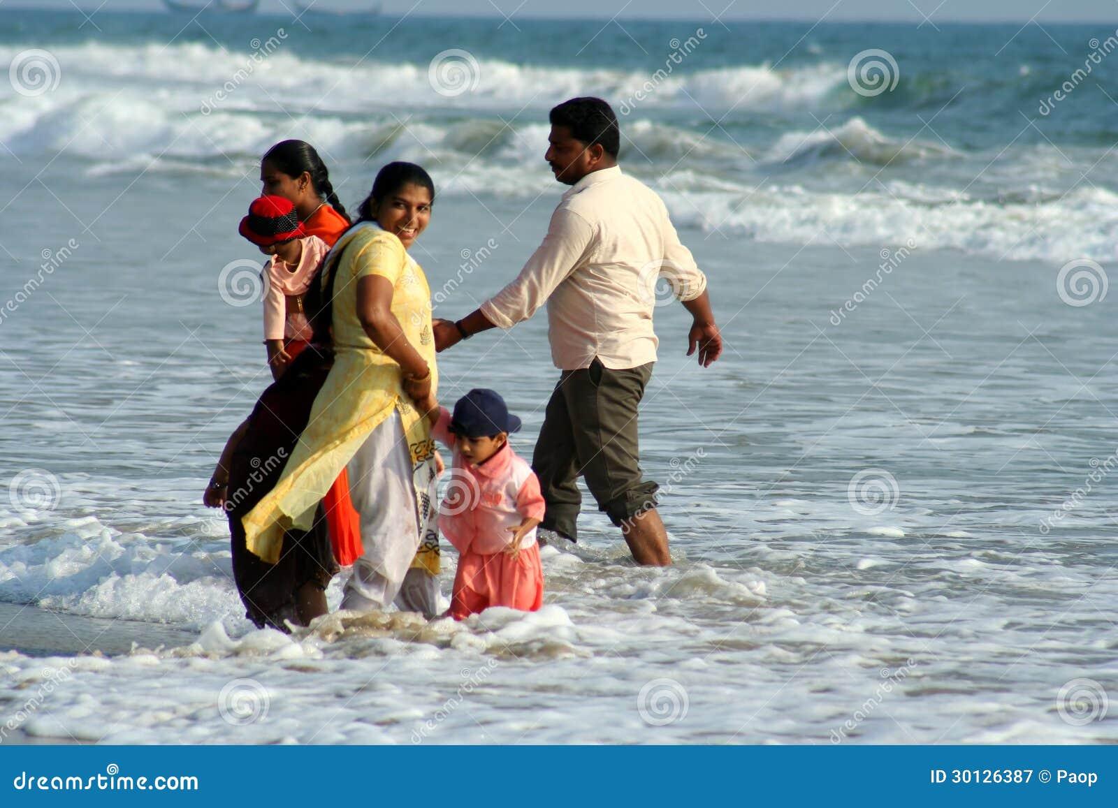 Indiańska rodzina przy morzem