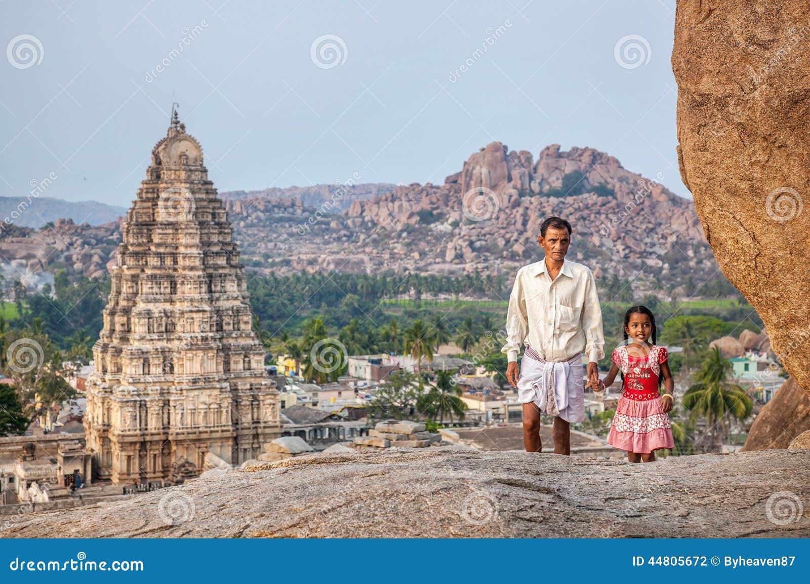 Indiańska rodzina w Hampi