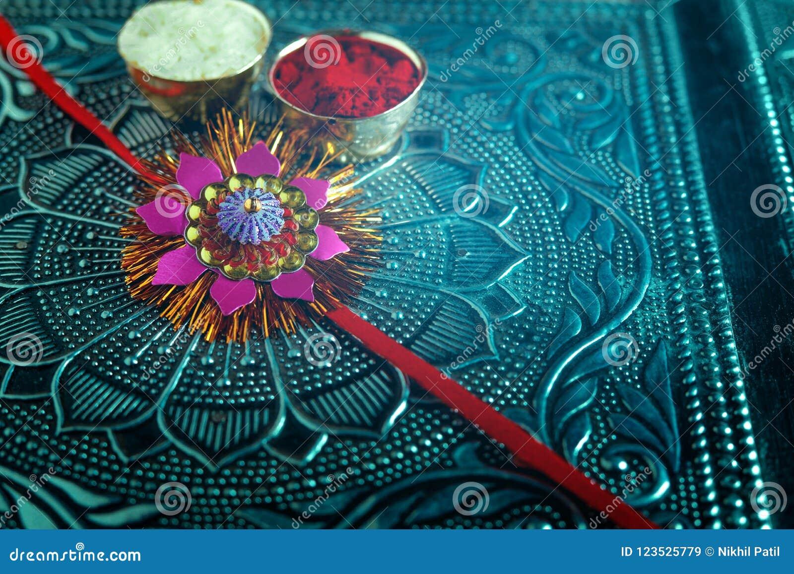 Indiański festiwalu raksha bandhan, Rakhi z kwiatem, ryż