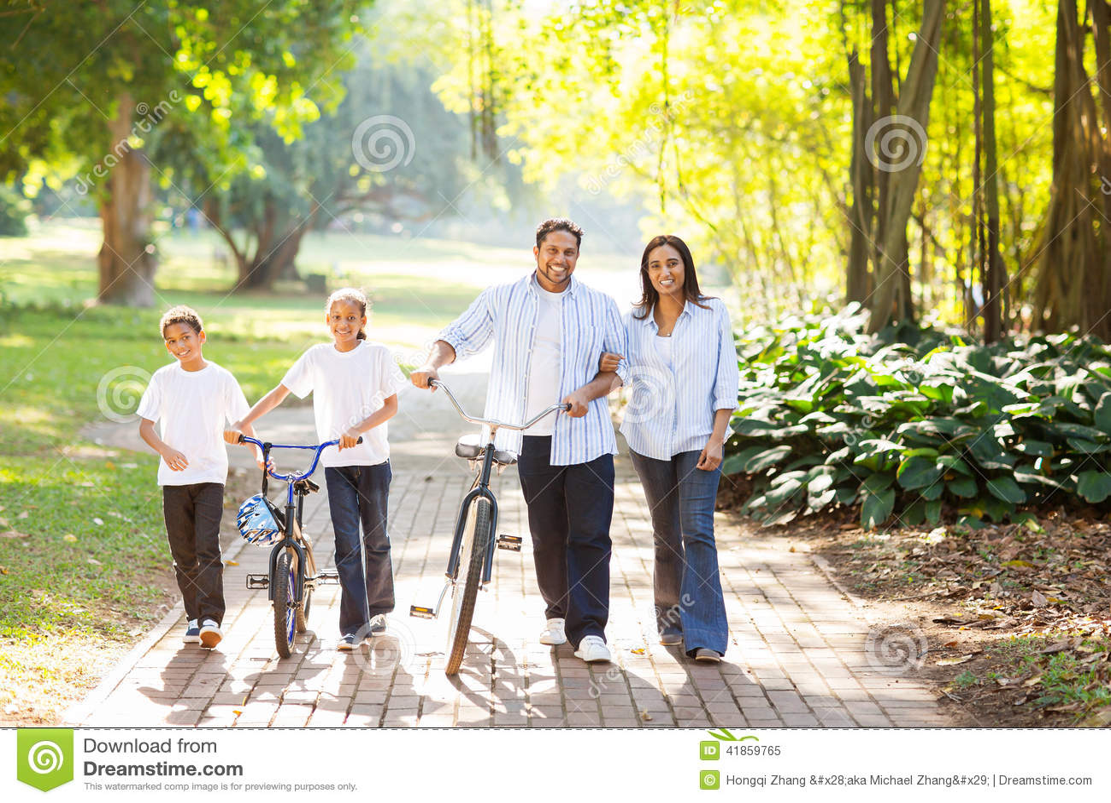 Indiański rodzinny odprowadzenie outdoors