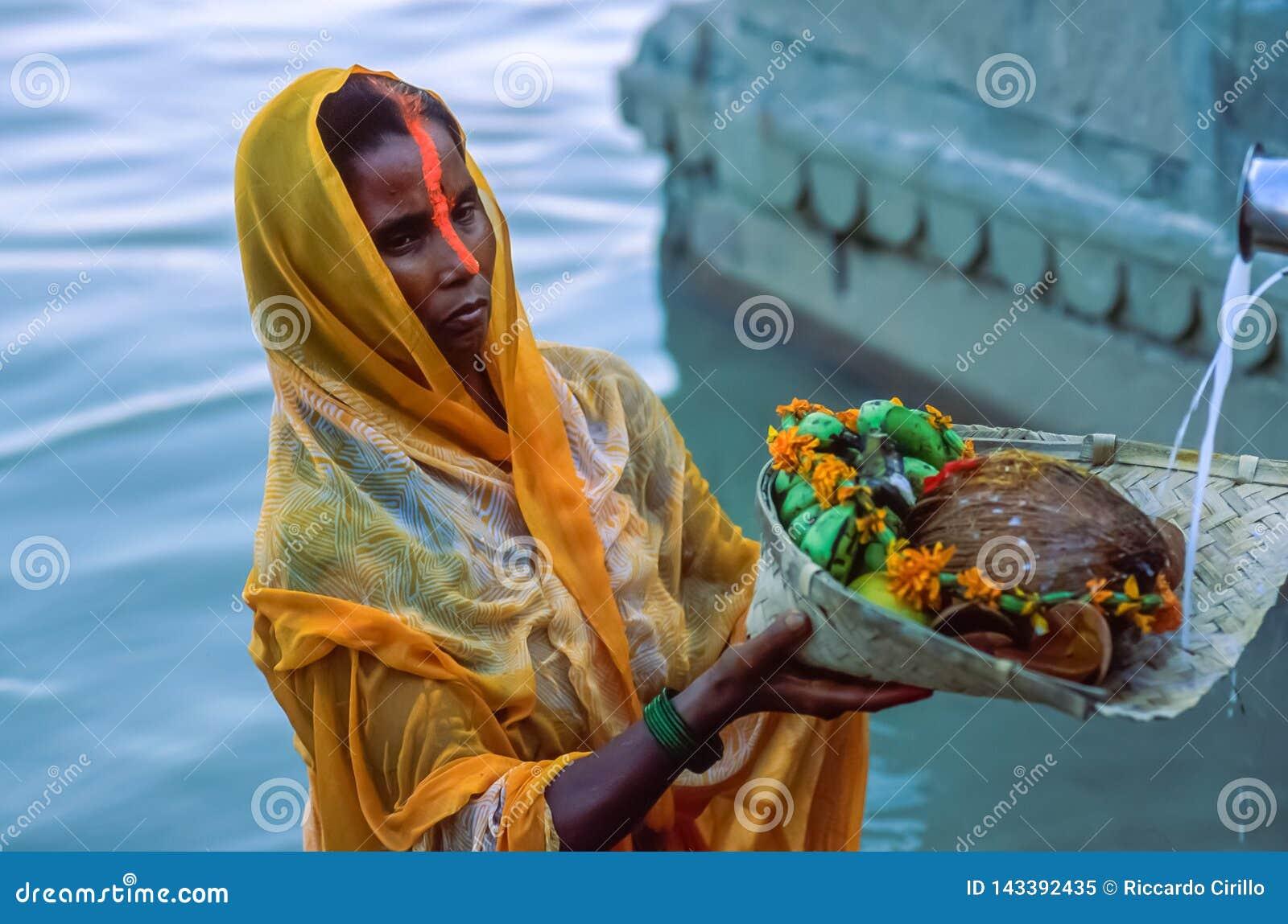 Indiańskie Hinduskie kobiety dewotki ofiary modlitwy słońce bóg podczas Chhath Puja w Varanasi